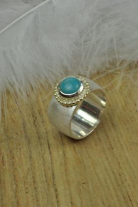 Zilveren ring met amazoniet en geelgouden parelrand uit eigen atelier