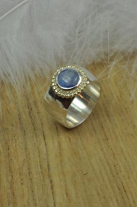 Zilveren ring met regenboog maansteen en geelgouden parelrand uit eigen atelie