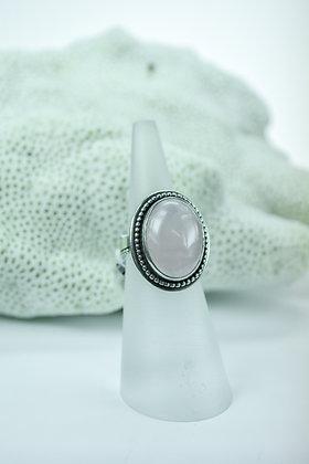Ring zilver met roze kwarts, uit eigen atelier, gladde kast met parelrand