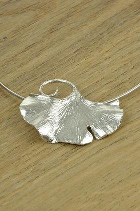 Zilveren Ginkgo Biloba hanger aan omega collier