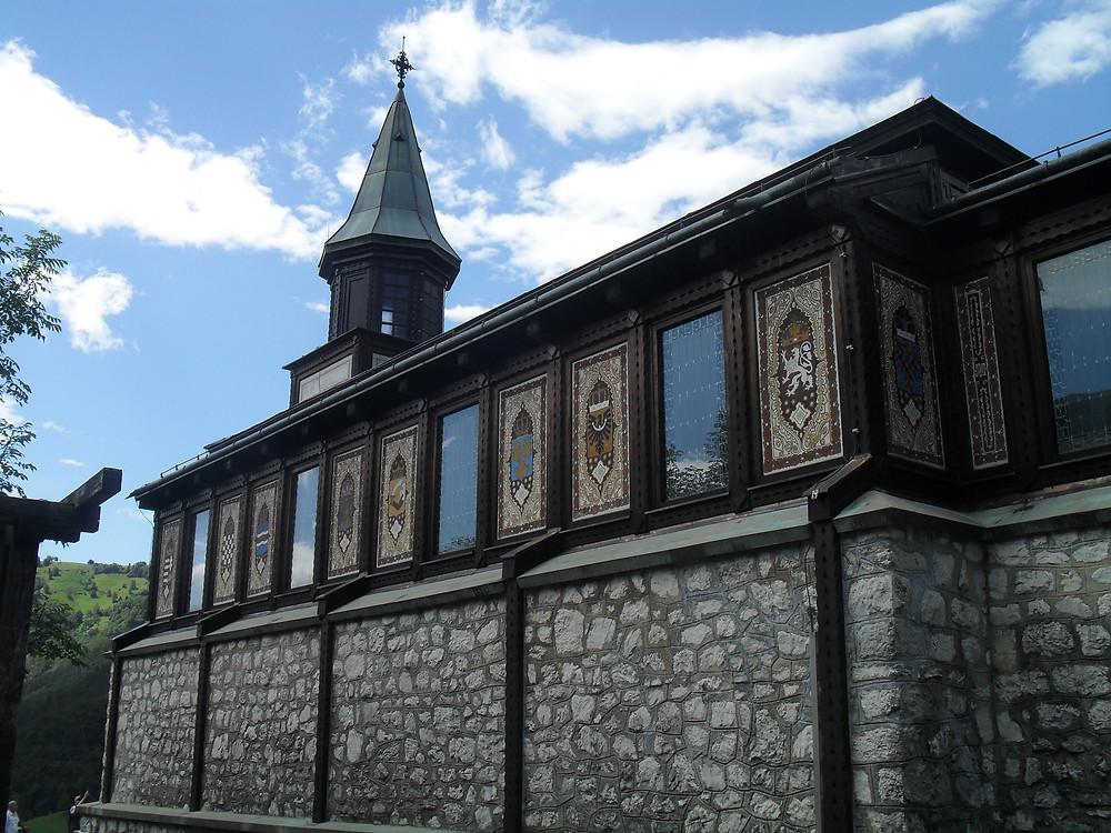A javorcai Szentlélek kápolna címerekkel díszített fala
