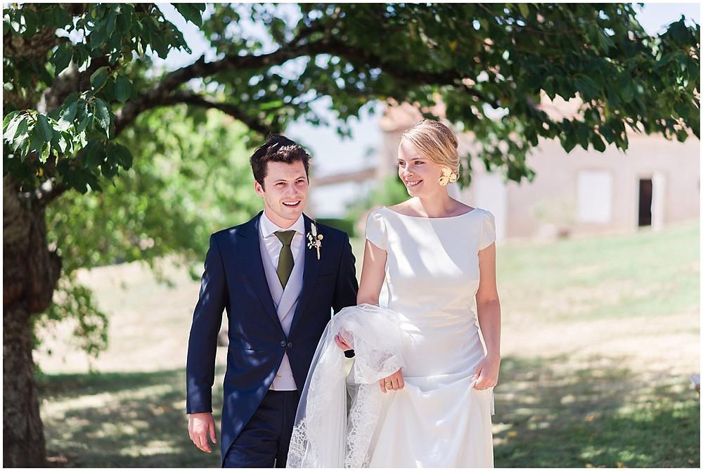 Les mariés se préparent pour aller sur le lieu de la cérémonie religieuse qui a lieu dans un petit village de Bourgogne.