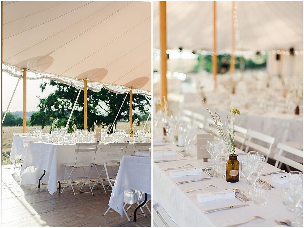 Sur ces images, on peut voir le lieu du dîner d'un mariage en Bourgogne.Le dîner a eu lieu sous une superbe tente sur un domaine privé. Les tables sont décorées de nappes blanches et de jolies fleurs séchées.