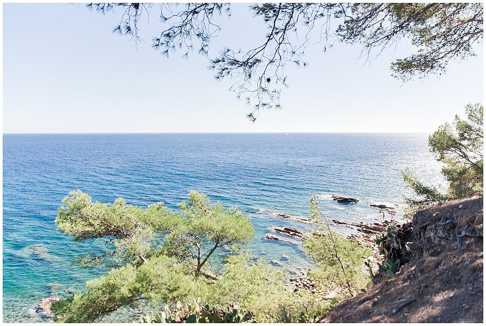 Photo de la mer à Saint-Mandrier-Sur-Mer. Superbe vue depuis un sentier de randonnée au bord de l'eau.