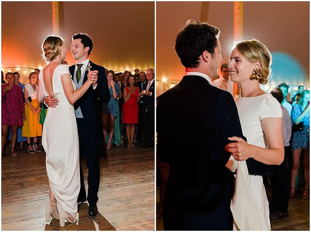 Les mariés dansent ensemble sur la piste, c'est l'ouverture de bal lors de ce mariage en Bourgogne.