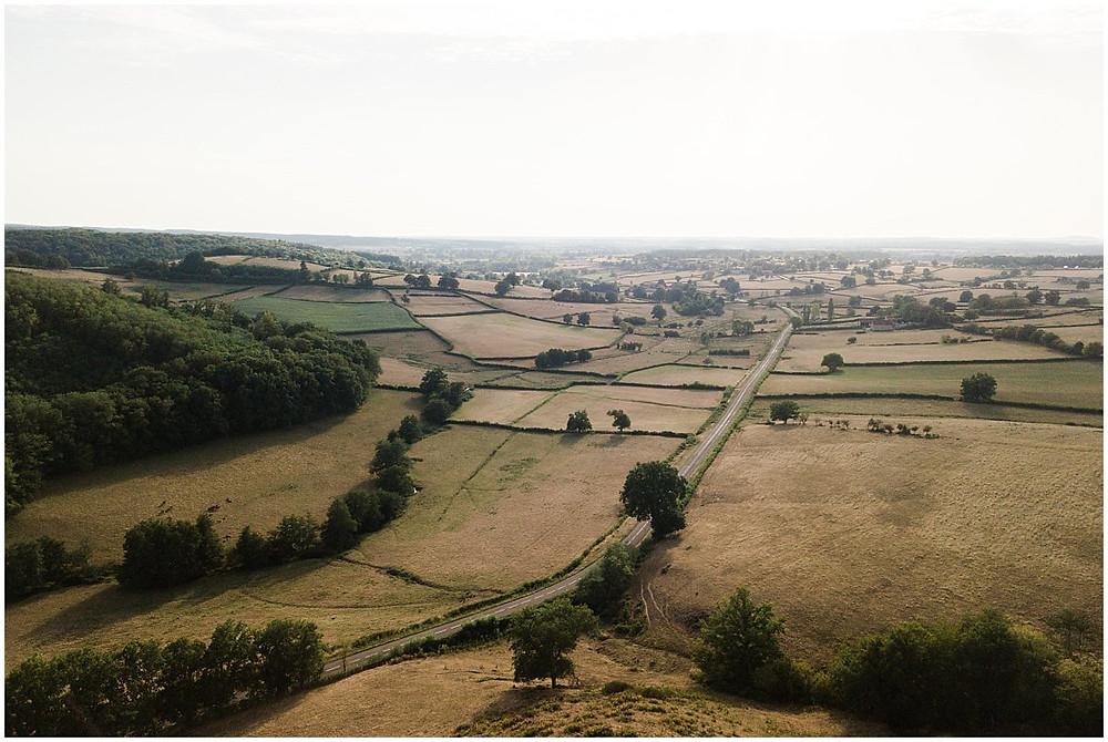 Cette image est une photo aérienne prise avec un drone. Elle a été prise un jour d'été en Bourgogne. On peut voir les différents champs.