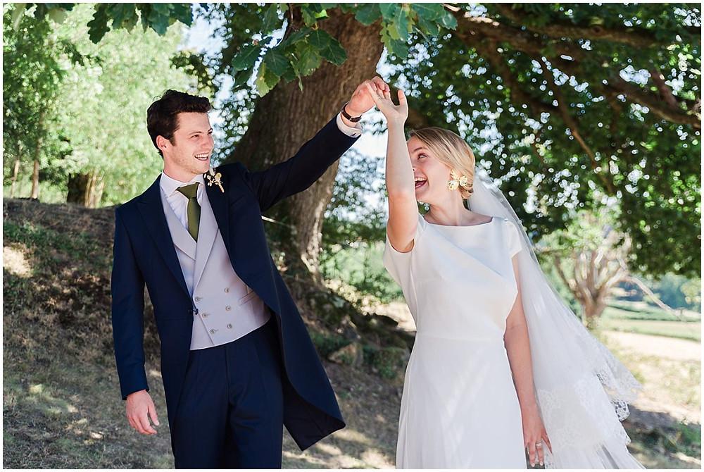 Les mariés sont heureux et dansent ensemble. Mariage en Bourgogne.