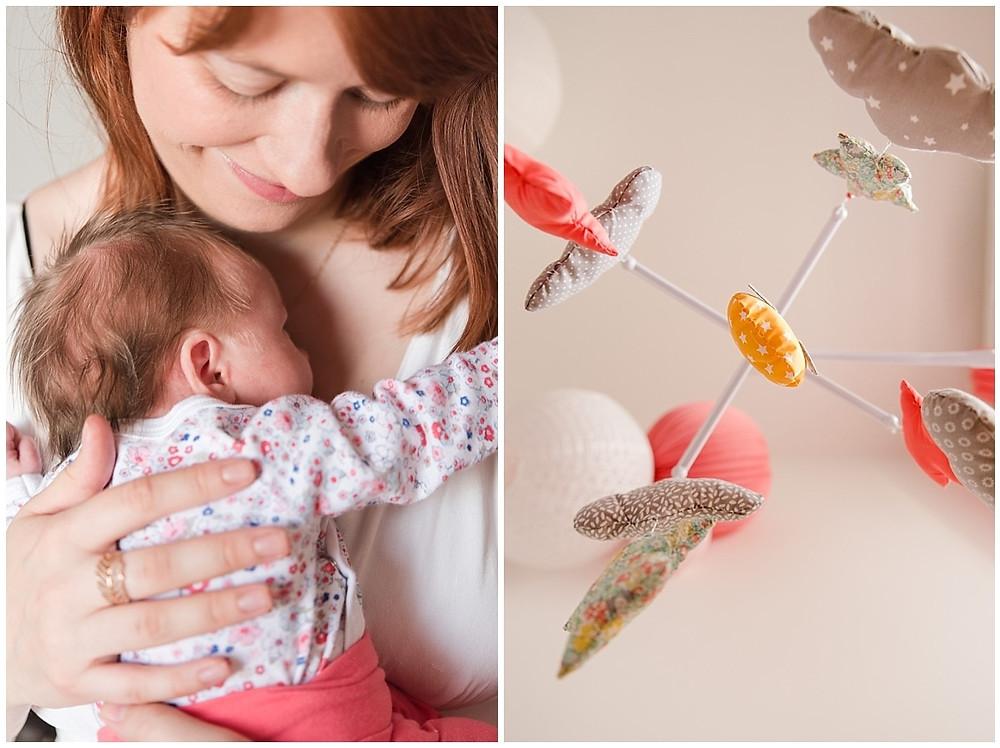 Sur cette photo prise lors d'une séance photo naissance lifestyle à domicile à Evreux, on peut voir le bébé blotti dans les bras de sa maman.