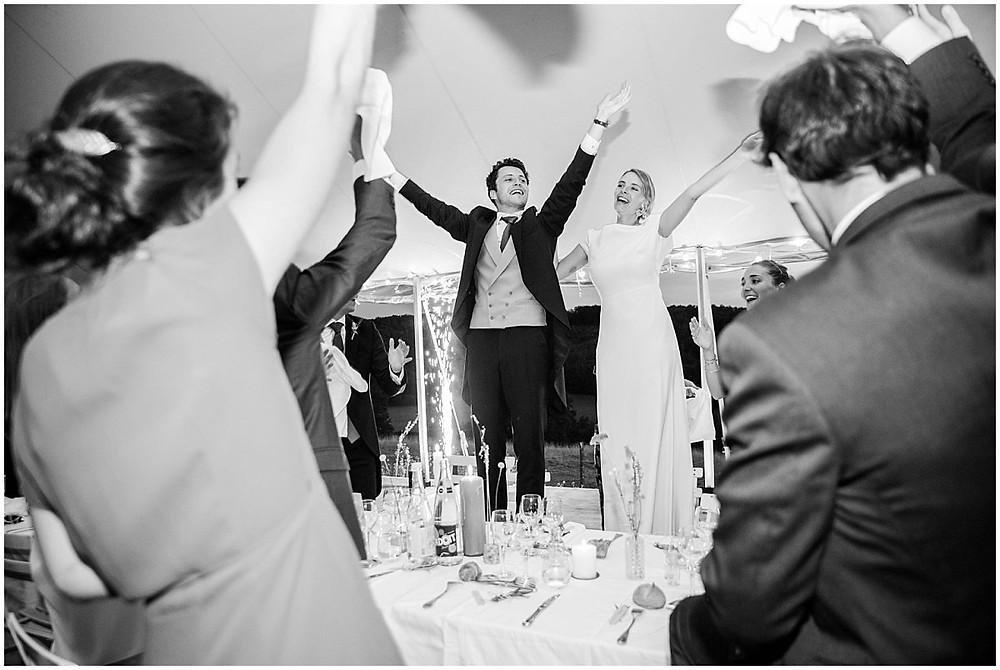 entrée des mariés - les mariés sont debout sur leurs chaises.