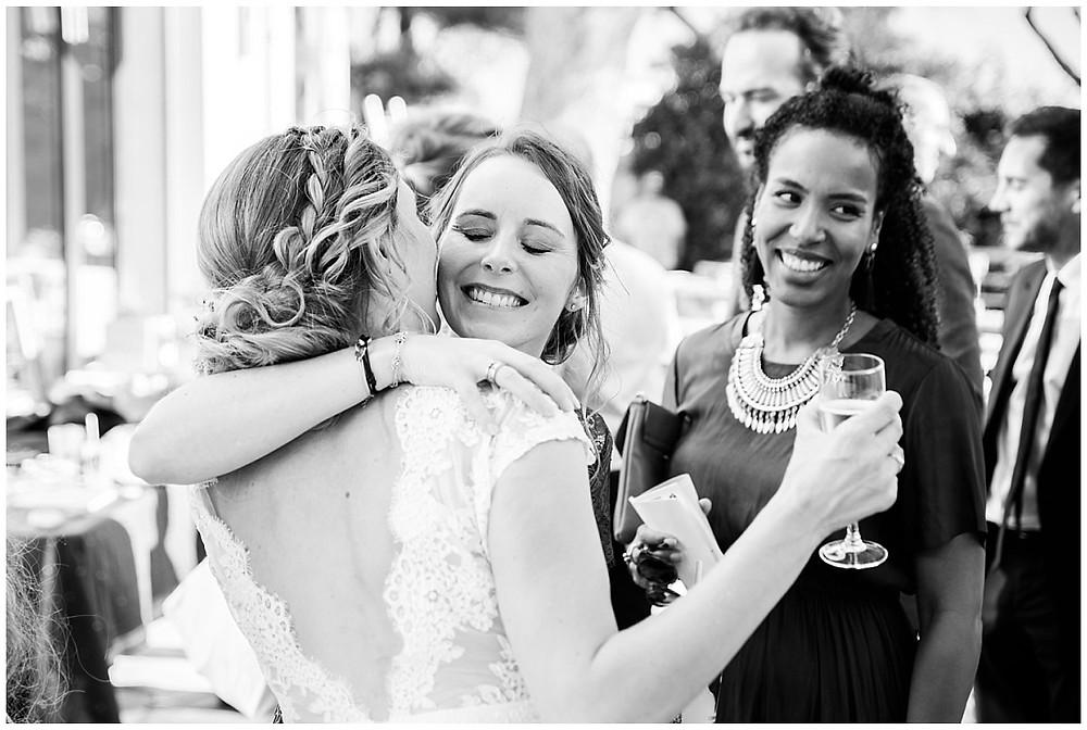 Embrassades de la mariée avec sa sœur.