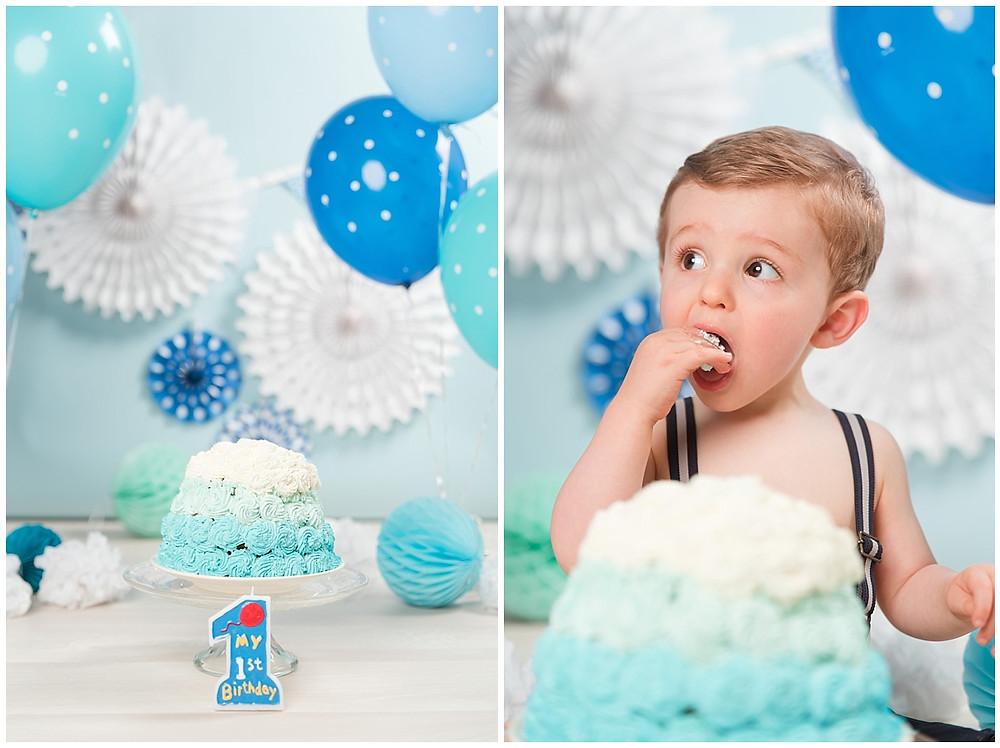 Lors d'une séance photo en studio, un enfant fête son anniversaire en mangeant son gâteau de premier anniversaire.