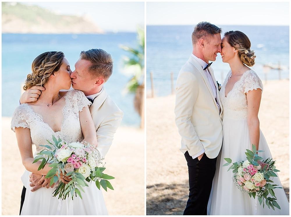 Portrait des mariés à Saint-Mandrier-sur-Mer, dans le Var. Les mariés sont partis avec le photographe faire une séance couple sur les falaises en bord de mer. Ils s'embrassent et s'enlacent. Le marié porte un smoking blanc et noir, la mariée porte une robe fluide avec de la dentelle. Le bouquet de la mariée est rose et blanc.