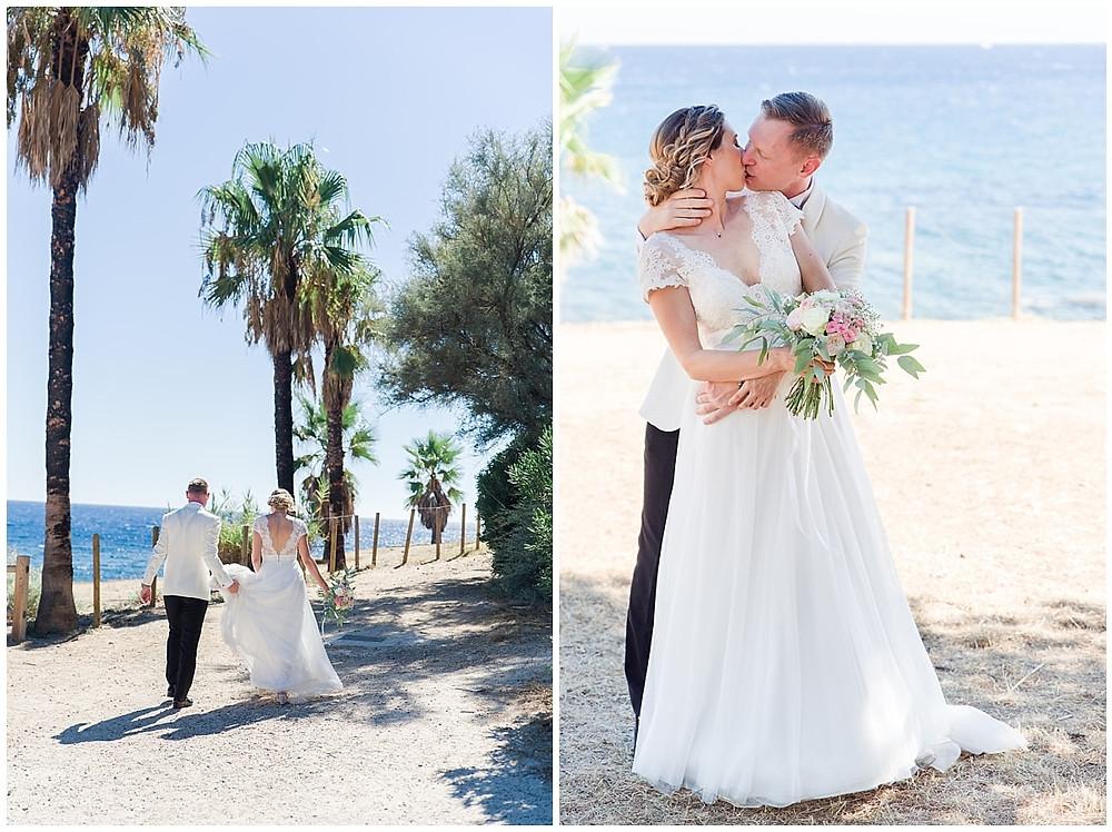 Les mariés profitent du paysage magnifique de Saint-Mandrier-sur-Mer pour faire quelques photos de couple au bord de l'eau. En arrière-plan, on peut voir la mer. Le temps du sud est merveilleux, tout est ensoleillé. Les mariés marchent sur un chemin de randonnée, puis s'embrassent à l'ombre d'un pin.