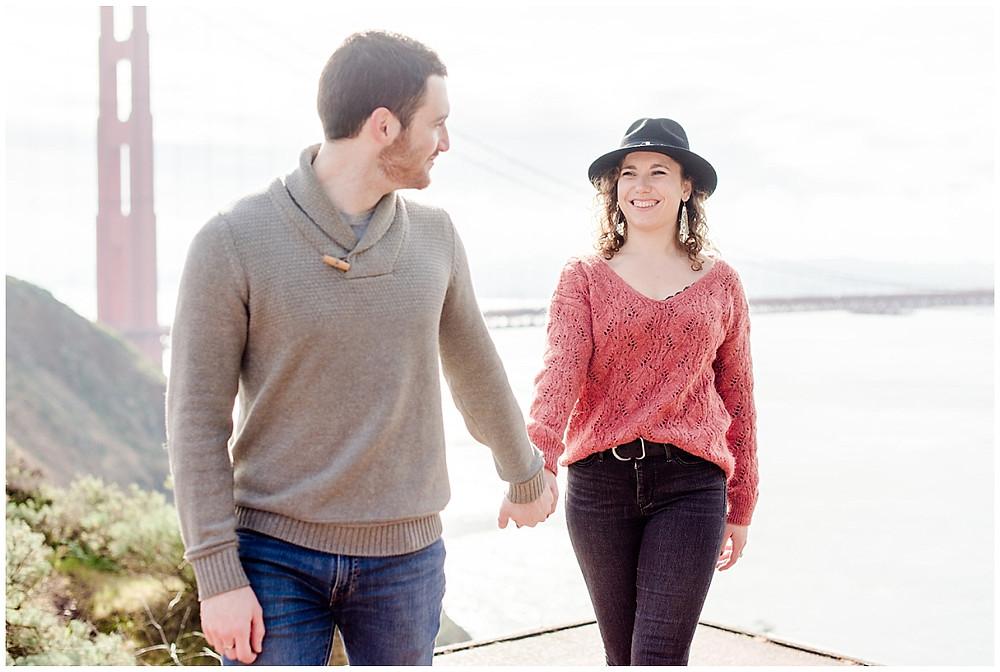 séance photo de couple à San francisco devant le Golden gate Bridge