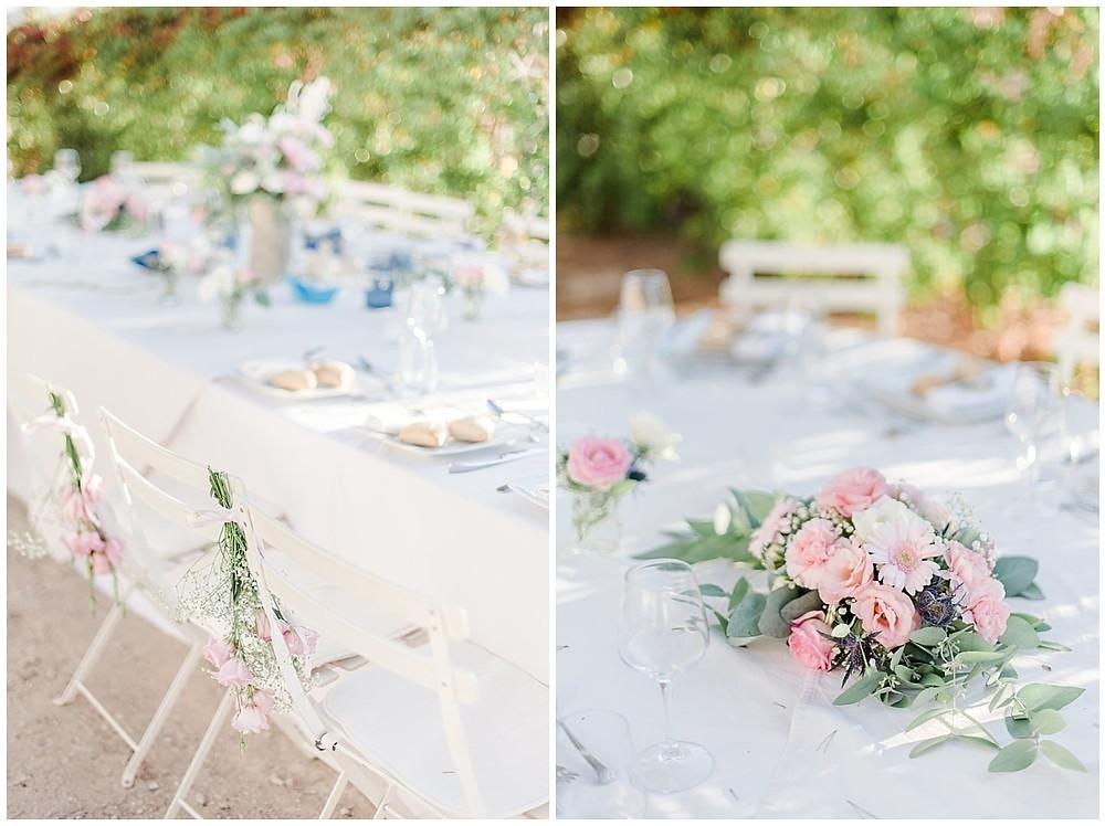 Décoration : dîner de mariage en extérieur à Saint-Mandrier-sur-Mer. Centre de table en fleurs fraîches blanches et roses assorties au bouquet de la mariée.