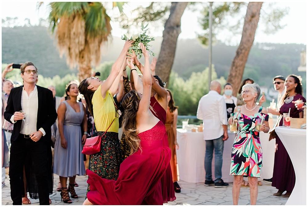 Les invitées se ruent sur le bouquet de la mariée, dans une chance de l'attraper.