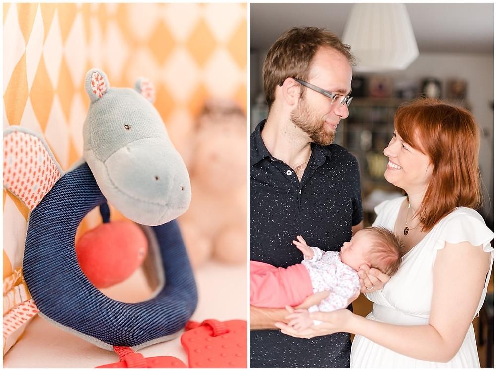 Portrait de famille à domicile lors d'une séance photo de naissance à Evreux. Les deux parents tiennent leur bébé dans les bras et se regardent.