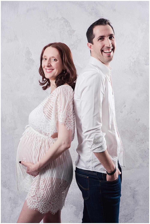 séance photo grossesse en couple au Studio Life Stories