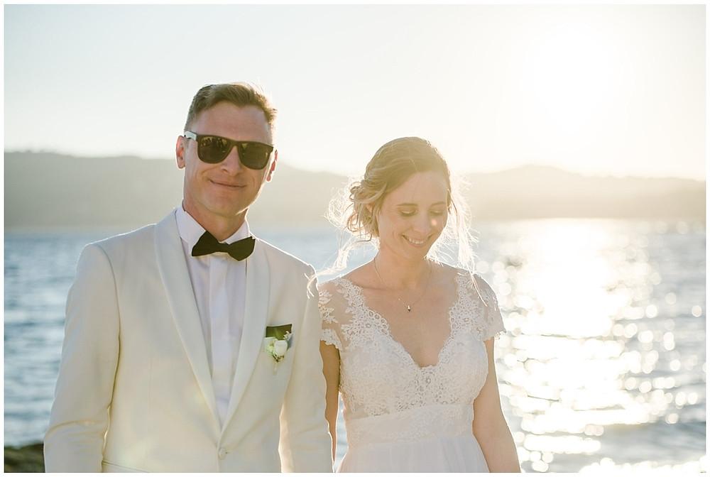 Séance photo couple à la plage de Saint-mandrier-sur-mer, en fin de journée, au moment de la golden hour. Portrait des mariés marchant sur la plage.