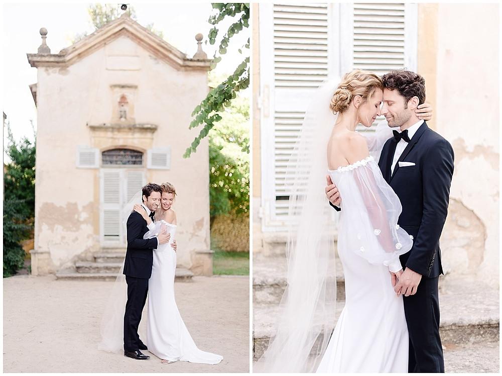 Photos de couple devant la chapelle du Château de Sénéguier