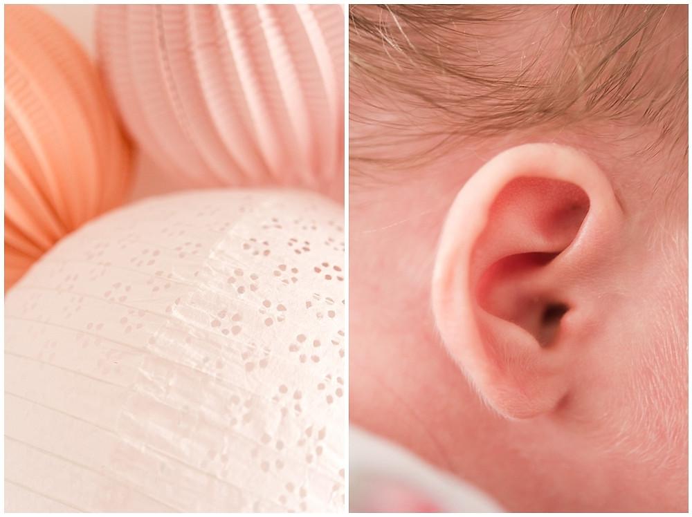 Photo de détail : on peut doit la décoration de la chambre rose du bébé ainsi qu'un gros plan sur son oreille.