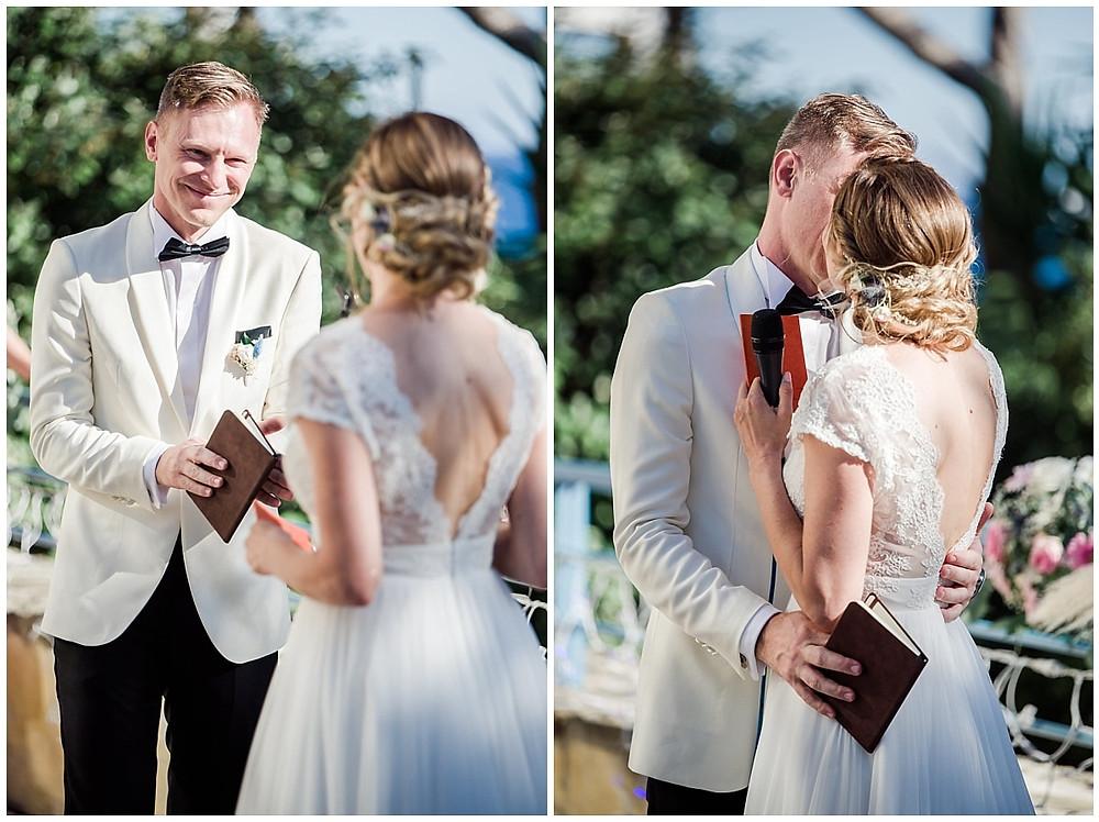 Les mariés s'embrassent lors de la cérémonie laïque.