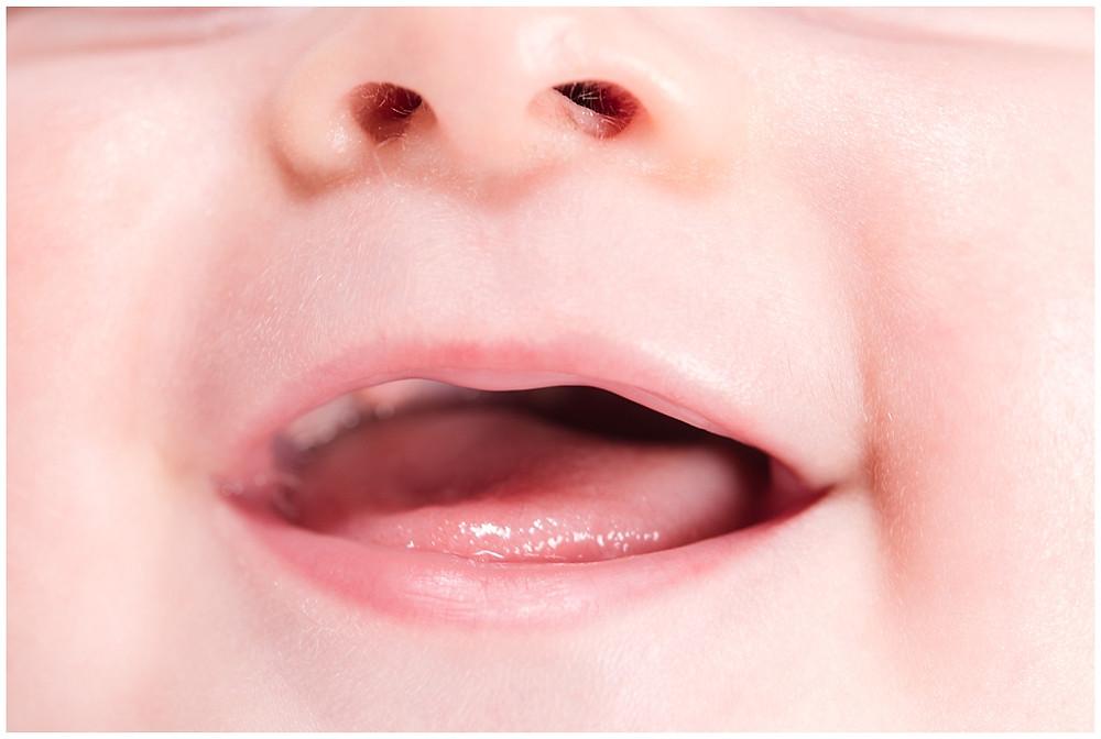 gros plan sur la bouche du bébé - séance photo bébé 6 mois - studio life stories