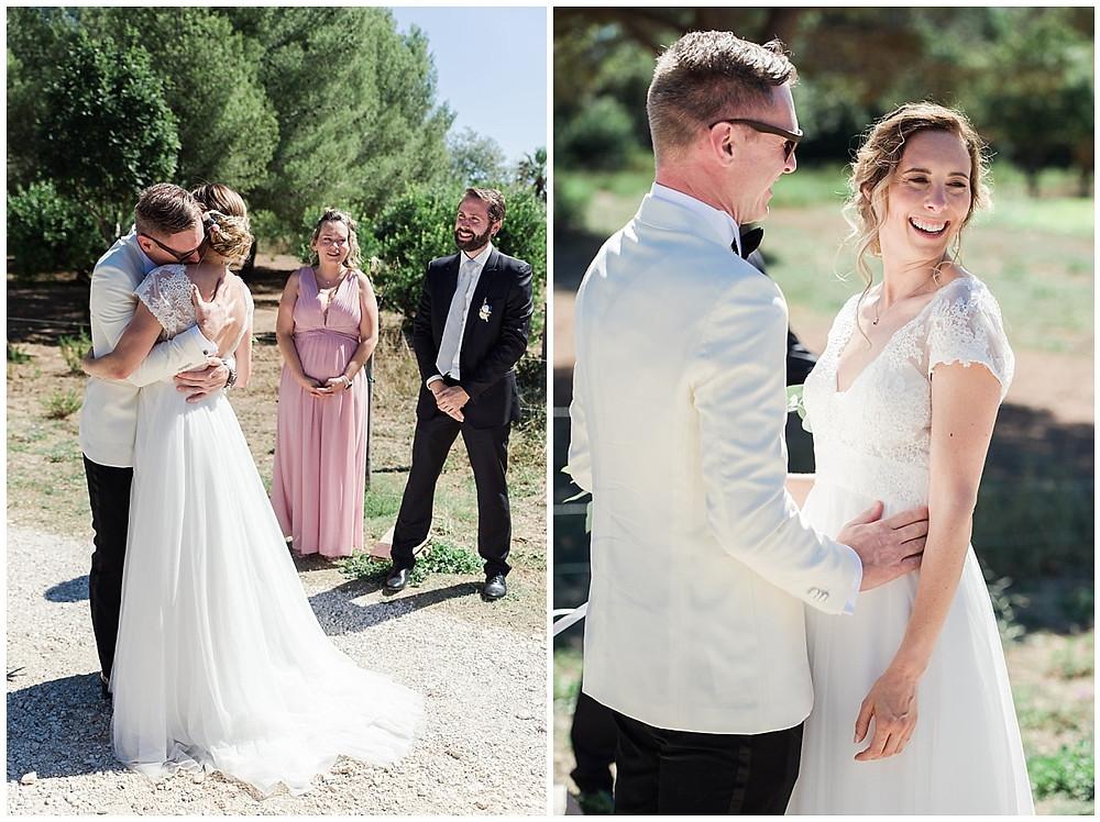 First Look entre les mariés : le marié serre sa future femme dans ses bras, les témoins témoignent de ce joli moment. La joie se lit sur leurs visages.