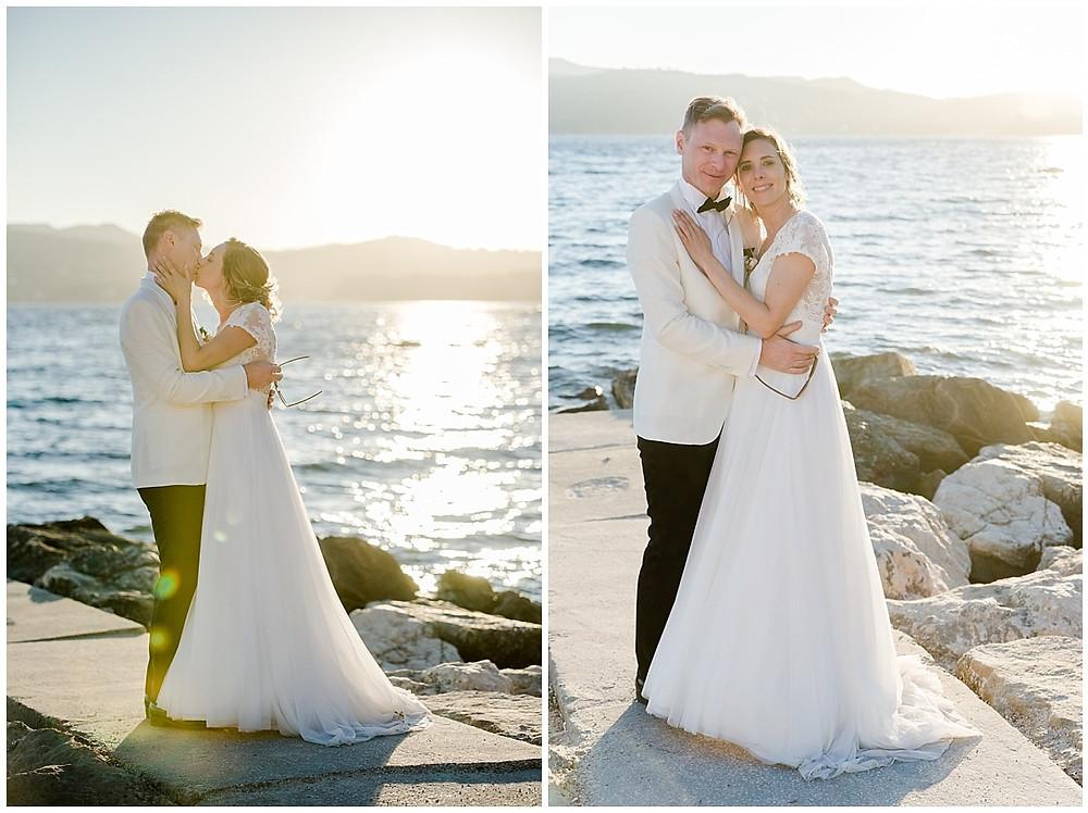 Séance photo couple mariage à Saint-Mandrier-sur-Mer, sur la plage, au coucher du soleil.