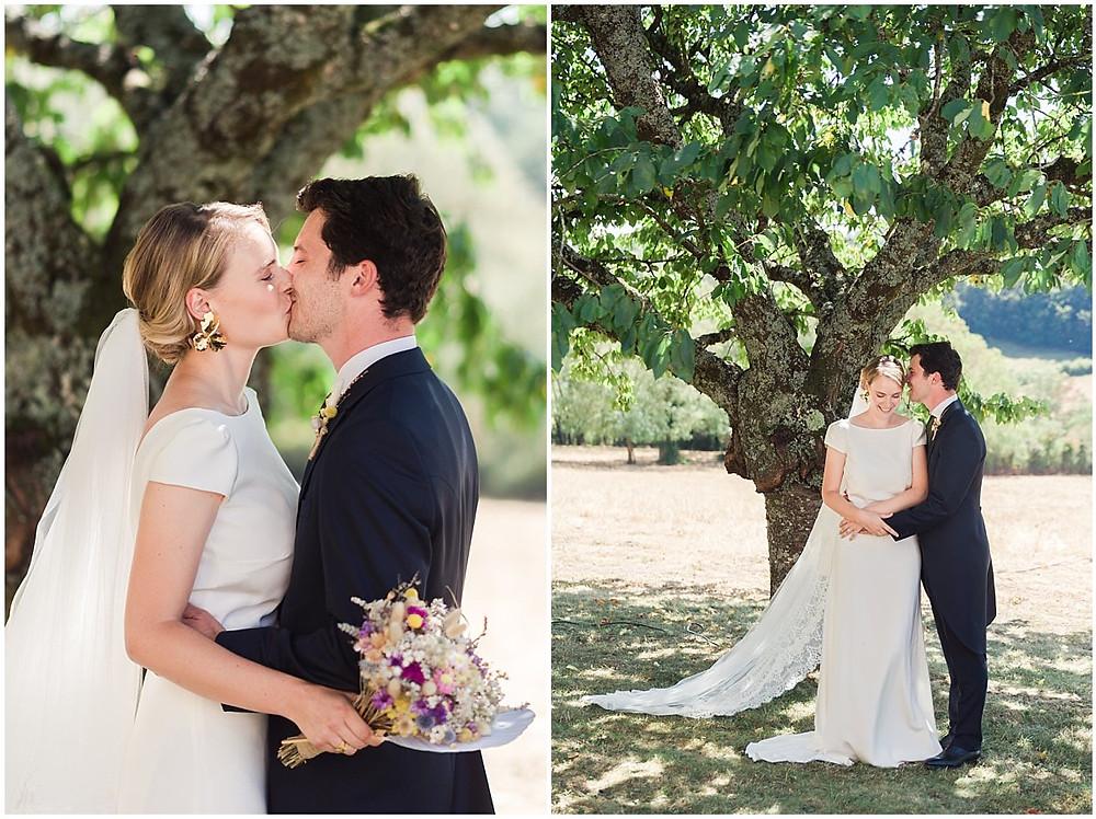 Sur ces images, on peut voir un moment de complicité entre les mariés, ils s'embrassent et parlent ensemble à l'ombre d'un arbre.