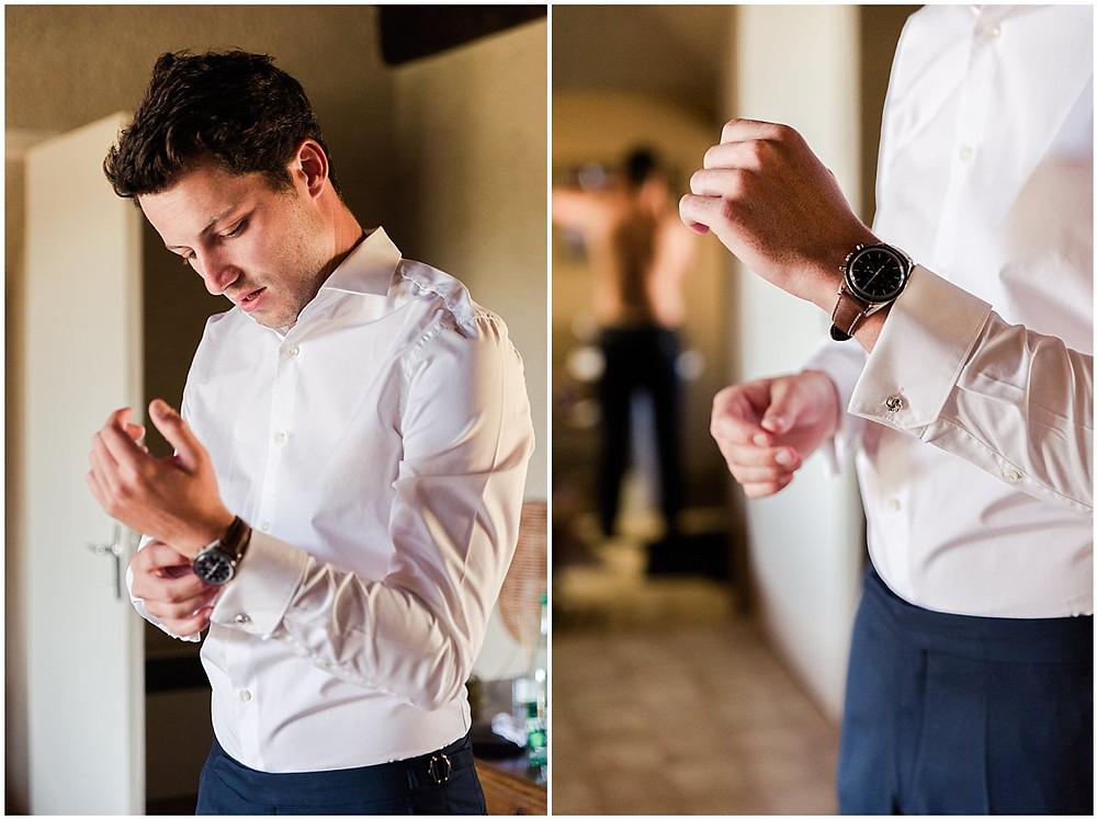 Lors de ses préparatifs, le marié met sa montre à son poignet.