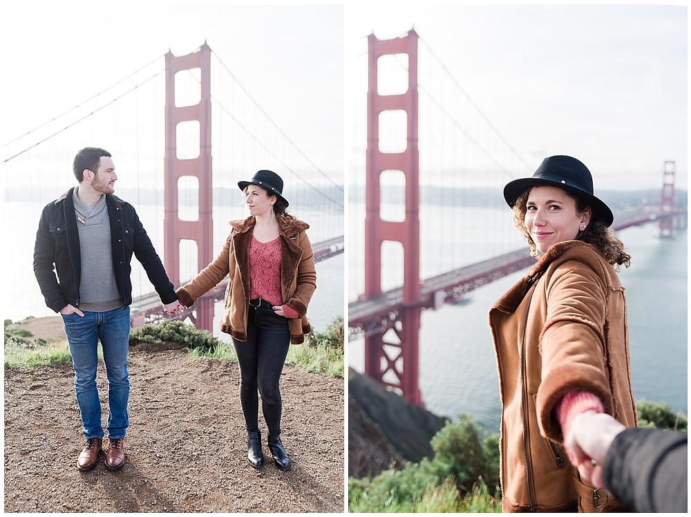 séance photo de couple à San Francisco : le couple se tient la main devant le golden gate bridge et la baie de San Francisco.