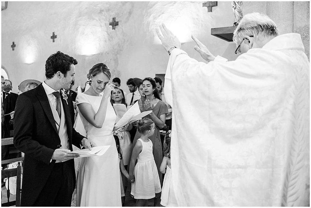 Sur cette image, on peut voir un moment d'émotion lors de la cérémonie religieuse de mariage dans une église d'un petit village de Bourgogne. La mariée s'essuie l'œil pendant un chant.