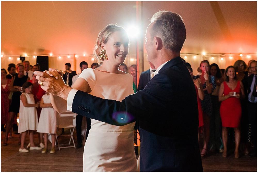 Le père de la mariée la fait danser durant l'ouverture de bal de ce mariage en Bourgogne.