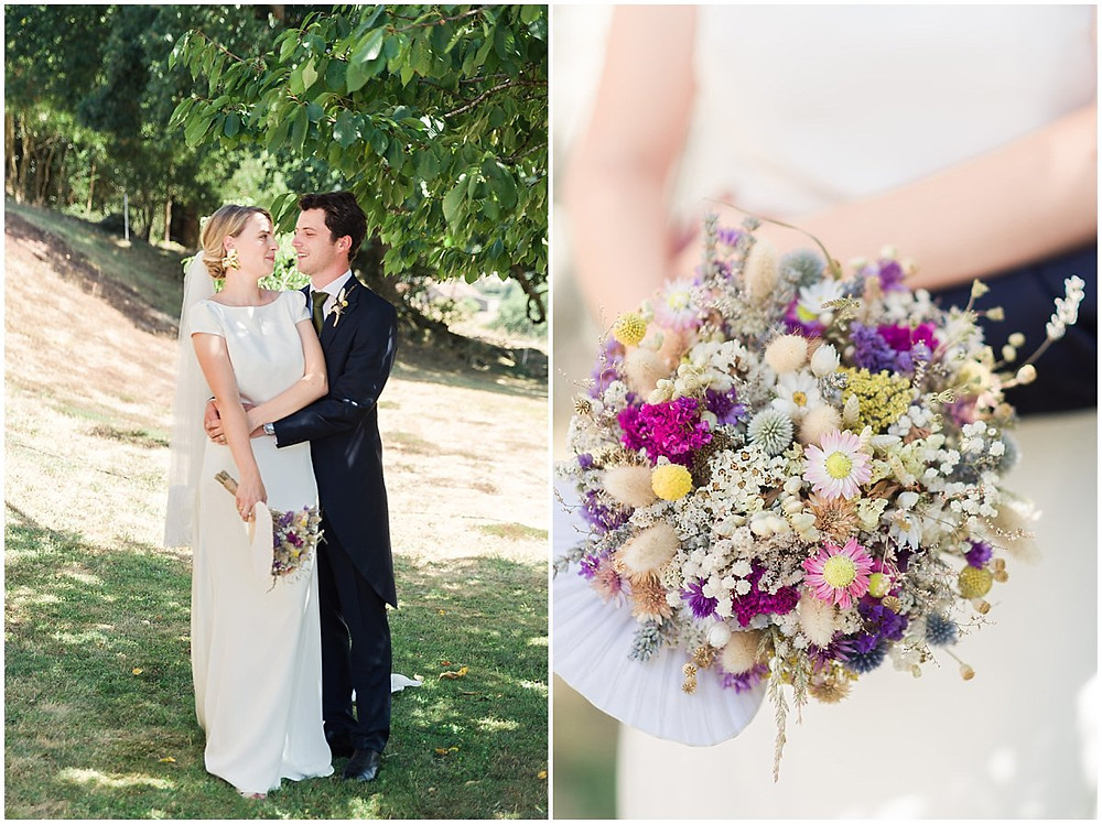 Sur cette image, on peut voir plus en détail le bouquet de la mariée lors de ce mariage en Bourgogne : il s'agit d'un bouquet de fleurs sèches, allant des tons violets aux tons beiges, en passant par du rose fuchsia et du rose pale.