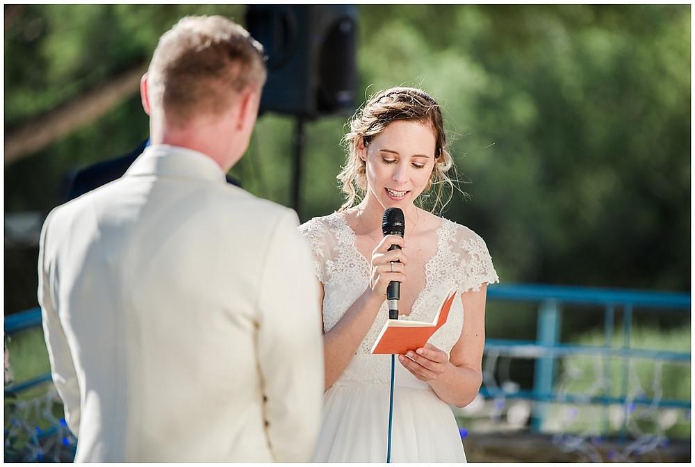 La mariée prononce ses vœux de mariage lors de la cérémonie laïque. Elle tient dans ses mains un petit carnet dans lequel ses vœux sont écrits.