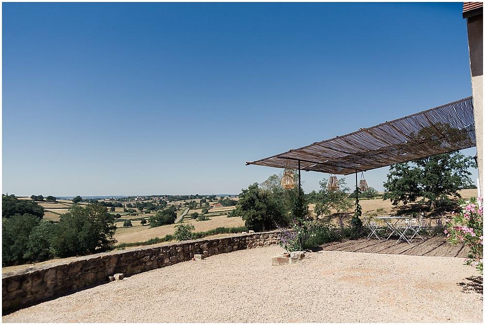 Depuis cette propriété en Bourgogne, on a un superbe point de vue sur les champs se trouvant en contrebas.