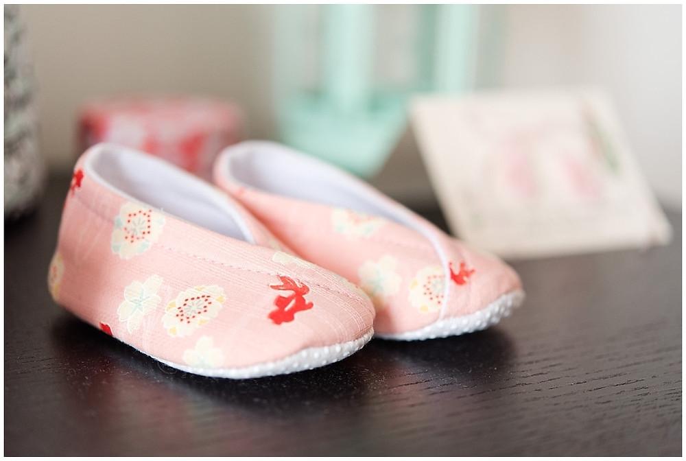 chaussons roses de bébé