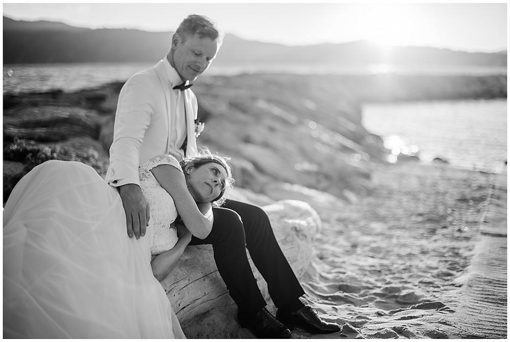 Photo de couple en noir et blanc, sur la plage, à Saint-Mandrier-sur-mer.