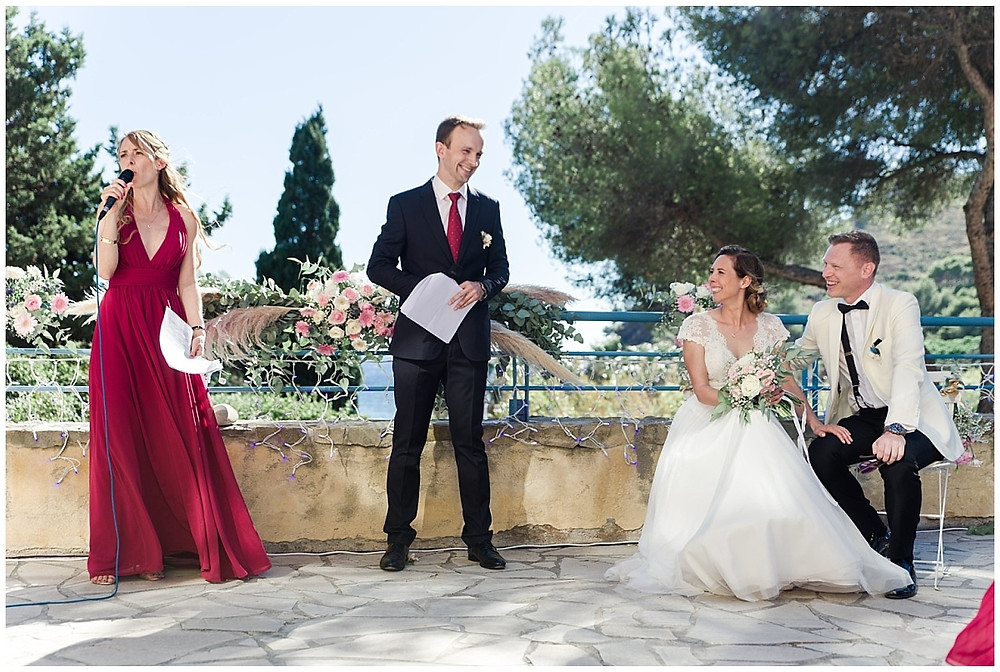 Déroulement de la cérémonie laïque de mariage à Saint-Mandrier-sur-Mer. Les officiants animent la cérémonie laïque et font des discours, les mariés écoutent.