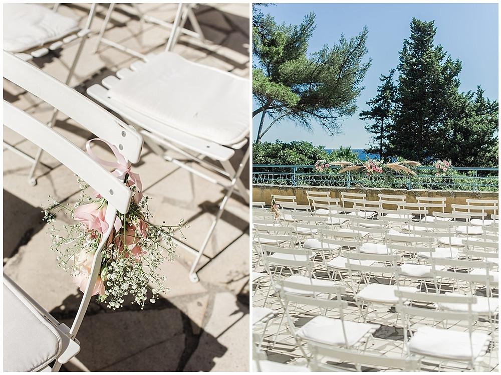décoration de la cérémonie laïque de mariage à Saint-Mandrier-sur-Mer : vue sur la mer, chaises décorées de fleurs fraîches.
