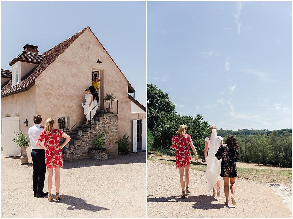 Après les préparatifs, la mariée part retrouver son futur époux pour qu'ils puissent se découvrir avant la cérémonie. Elle est accompagnée de deux de ses amies qui portent son voile.
