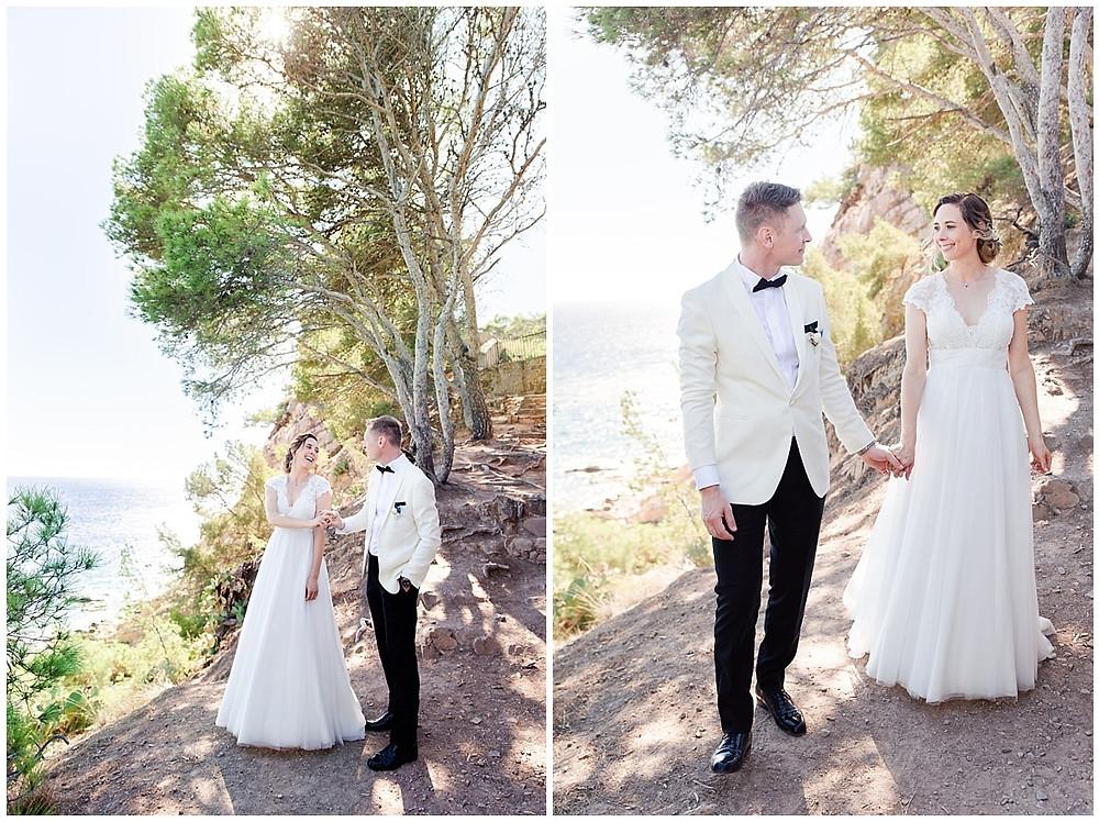 En haut de la falaise, à Saint-Mandrier-sur-Mer, les mariés dansent. La lumière du soleil passe au travers des arbres. On voit la mer en arrière plan.