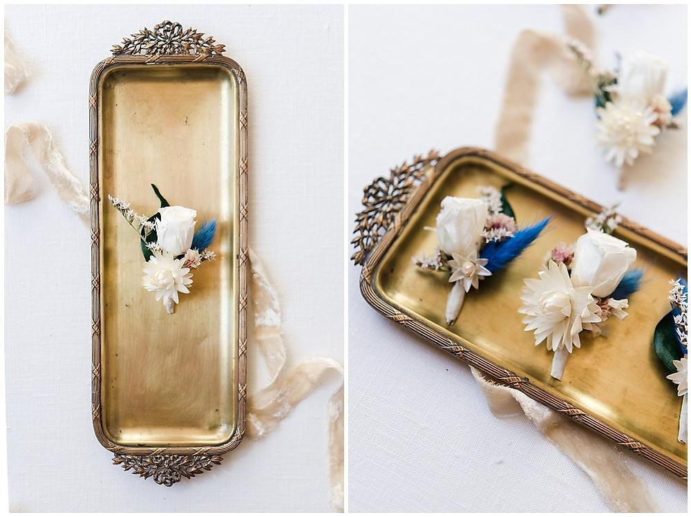 Photo des accessoires du marié et de ses garçons d'honneur : il s'agit des boutonnières en fleurs séchées, assorties aux peignes des demoiselles d'honneur.