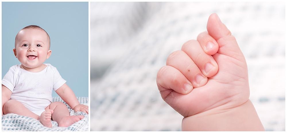 Cette image rassemble en fait deux photos : la première photo est un portrait d'un bébé de 6 mois assis et la deuxième est une photo d'un gros plan sur sa main. Le bébé est très joyeux, il sourit.