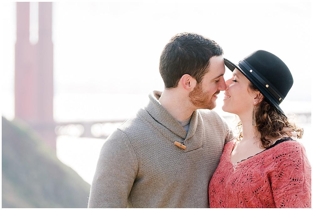 Le couple s'embrasse pendant la séance photo de couple à San francisco.