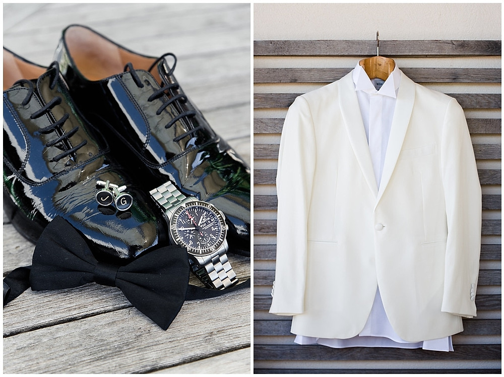 La tenue et les accessoires du marié. Le marié a choisi de porter un smoking constitué d'un pantalon noir et d'une veste de couleur crème, très élégante. Ses chaussures sont vernies, ses boutons de manchettes sont personnalisés. Il portera aussi une montre et un neuf papillon noir.