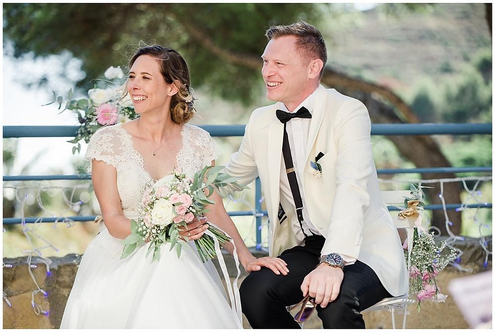 Les mariés lors de la cérémonie laïque de mariage à Saint-Mandrier-sur-Mer : assis sur leurs chaises sur la terrasse, ils sourient en écoutant les discours de leurs proches.