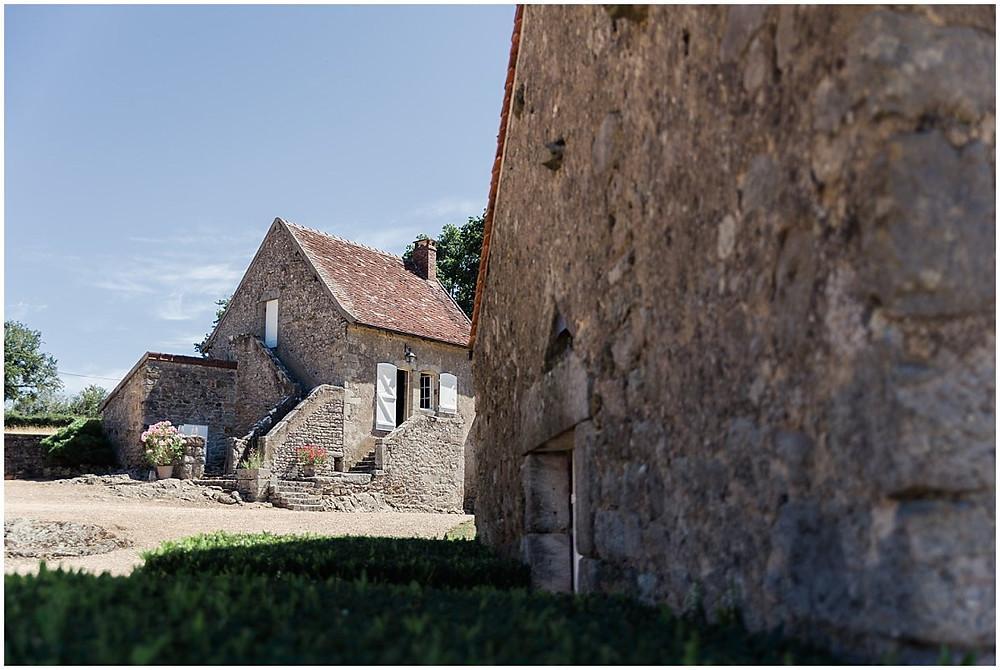 Sur cette photo, on peut voir la maison dans laquelle se prépare le marié. C'est une maison en pierres située dans une propriété en Bourgone.