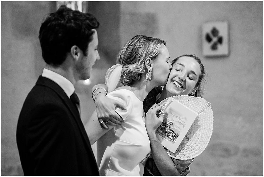 Sur cette image, on peut voir la mariée embrasser sa sœur à la fin de la cérémonie religieuse de mariage en Bourgogne.
